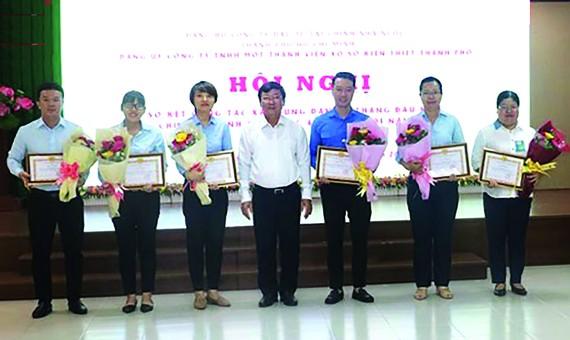 Đồng chí Đỗ Quang Vinh, Bí thư Đảng ủy công ty tặng hoa và trao giấy khen cho các đảng viên có thành tích nổi bật trong công tác phục vụ Đại hội Chi bộ và Đảng bộ công ty