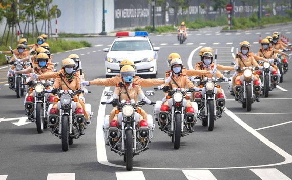 Các nữ CSGT luyện tập tác chiến