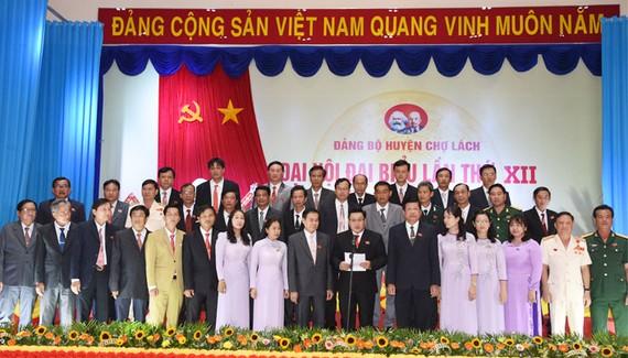 Ban Chấp hành Đảng bộ huyện Chợ Lách nhiệm kỳ 2020-2025 ra mắt. Ảnh: Cổng TTĐT Bến Tre