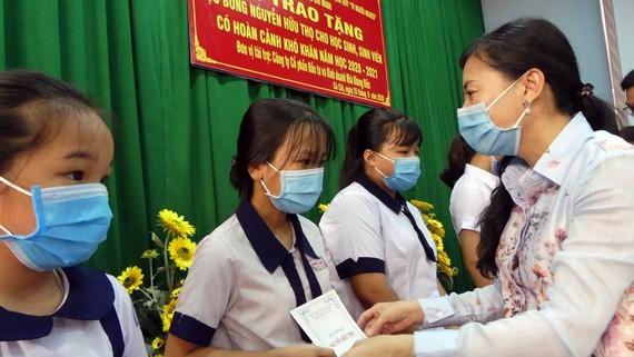 Phó Chủ tịch Ủy ban MTTQ Việt Nam TPHCM Phan Kiều Thanh Hương trao học bổng Nguyễn Hữu thọ cho học sinh nghèo hiếu học tại Củ Chi