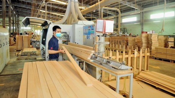 Đồ gỗ xuất khẩu tại một doanh nghiệp. Ảnh: CAO THĂNG