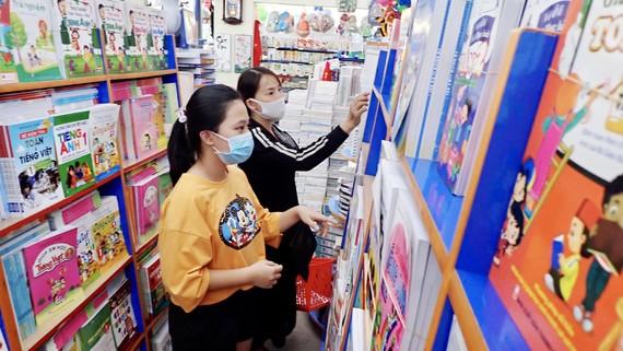 Chọn sách giáo khoa năm học mới tại nhà sách Nguyễn Văn Cừ, huyện Bình Chánh, TPHCM. Ảnh: HOÀNG HÙNG