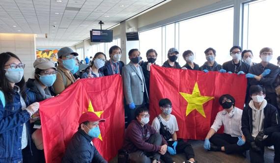 Tổng Lãnh sự Việt Nam tại San Francisco Nguyễn Trác Toàn cùng cán bộ, nhân viên lãnh sự chụp hình cùng du học sinh trước khi về nước