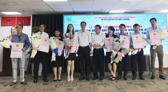 Ông Nguyễn Toàn Thắng, Giám đốc Sở Tài nguyên - Môi trường TPHCM trao giấy chủ quyền nhà ở cho 16 dự án