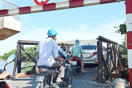 Cầu Long Kiểng mới thi công ì ạch, khiến việc đi lại của người dân rất khó khăn