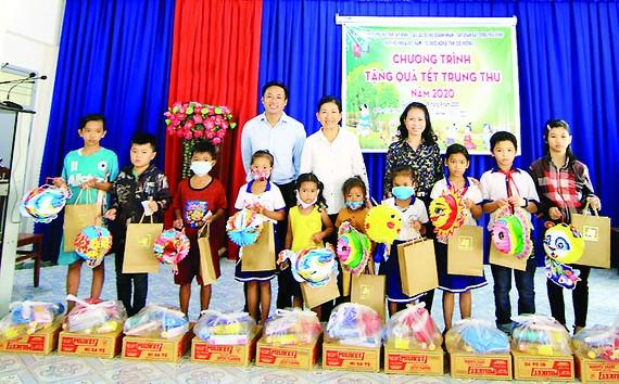 Tập đoàn Xây dựng Hòa Bình tặng quà cho các em nhỏ có hoàn cảnh khó khăn tại 4 huyện vùng biên giới tỉnh Tây Ninh