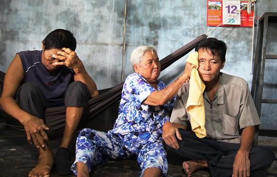 Cụ bà 78 tuổi nuôi hai con bệnh tật