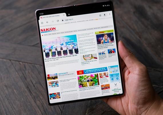 Galaxy Z Fold2 của Samsung có giá 50 triệu đồng. Ảnh: LÊ TUẤN