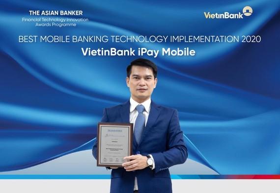 """Ông Đàm Hồng Tiến - Giám đốc Khối Bán lẻ VietinBank nhận giải thưởng """"Ứng dụng công nghệ ngân hàng trên điện thoại tốt nhất"""""""