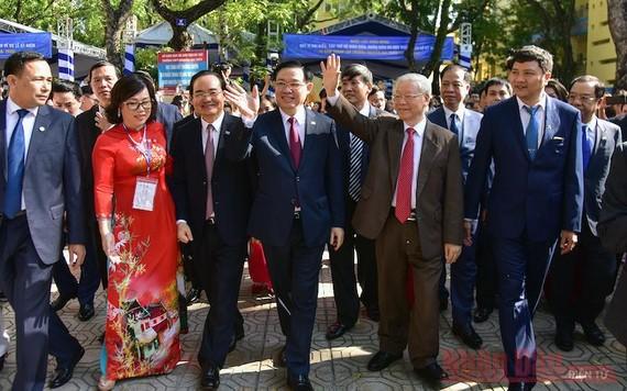 Tổng Bí thư, Chủ tịch nước Nguyễn Phú Trọng cùng các đại biểu dự lễ kỷ niệm 70 năm Ngày thành lập Trường THPT Nguyễn Gia Thiều. Ảnh: nhadan