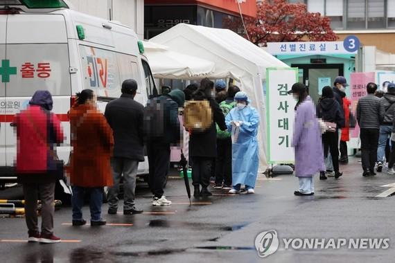 Người dân xếp hàng chờ xét nghiệm virus tại một phòng xét nghiệm tạm thời ở Seoul, ngày 22-11-2020. Ảnh: YONHAP