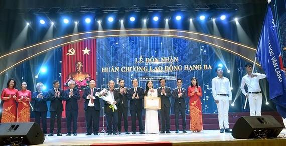 Bộ trưởng Phùng Xuân Nhạ trao Huân chương Lao động hạng Ba cho Trường Đại học Văn Lang. Ảnh: moet.gov.vn