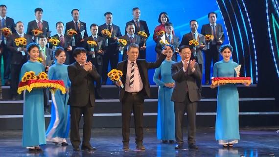 Đại diện doanh nghiệp Qui Phúc nhận danh hiệu Thương hiệu Quốc gia Việt Nam năm 2020.