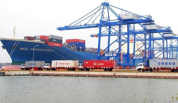 Bốc dỡ hàng tại khu cảng Cái Mép - Thị Vải. Ảnh: CAO THĂNG