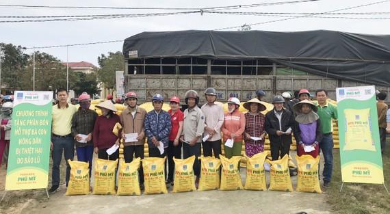 PVFCCo và các đơn vị thành viên trao tặng 280 tấn phân bón Phú Mỹ hỗ trợ bà con bị thiệt hại do bão lũ