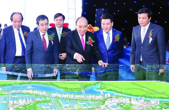 Thủ tướng Nguyễn Xuân Phúc và các đại biểu xem sa bàn Khu công nghiệp Liên Hà Thái - Khu kinh tế Thái Bình. Ảnh: TTXVN