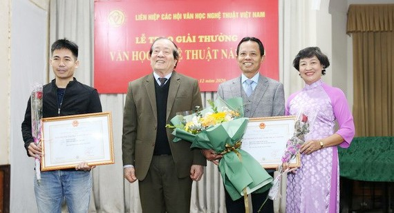 Chủ tịch Liên hiệp các Hội Văn học Nghệ thuật Việt Nam, nhà thơ Hữu Thỉnh, Chủ tịch Hội đồng giải thưởng trao giải A cho các tác giả. Ảnh: TTXVN