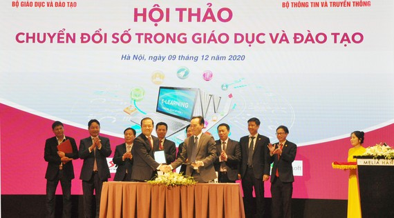 Thứ trưởng Bộ GD-ĐT Hoàng Minh Sơn (bên phải) và Chủ tịch HĐTV VNPT  ký biên bản ghi nhớ chuyển đổi số trong GD-ĐT