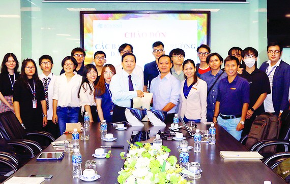 Chủ tịch Tập đoàn Xây dựng Hòa Bình, ông Lê Viết Hải, chụp hình lưu niệm cùng các sinh viên