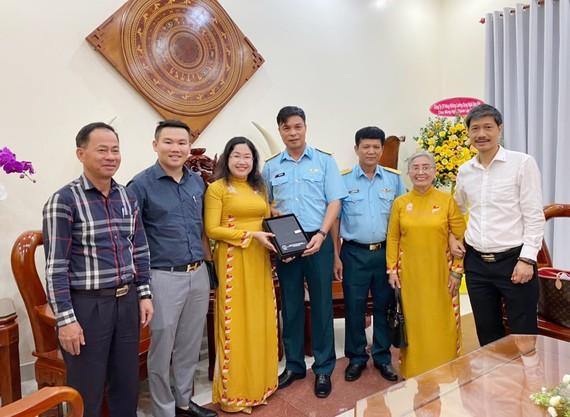 Quỹ Công tác xã hội Anh hùng LLVT nhân dân Phan Trọng Bình đến thăm, tặng quà Sư đoàn Không quân 370