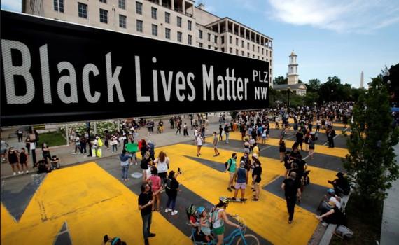 Một bảng hiệu đường phố của Black Lives Matter Plaza ở Washington, ngày 5-6-2020. Ảnh: REUTERS