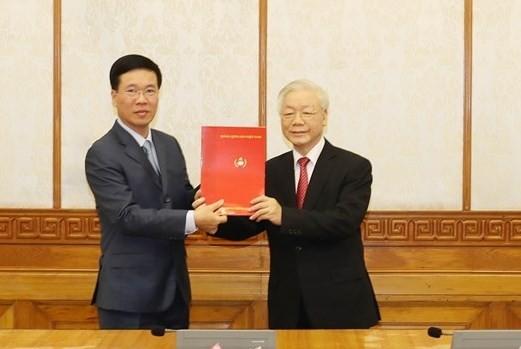 Tổng Bí thư, Chủ tịch nước Nguyễn Phú Trọng trao quyết định cho đồng chí Võ Văn Thưởng. Ảnh: TTXVN