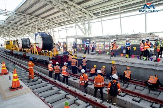 Thi công kéo hệ thống cấp điện tuyến metro số 1 Bến Thành - Suối Tiên. Ảnh: HCMC METRO