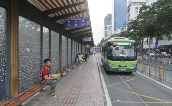 Trạm chờ xe buýt trên đường Hàm Nghi, quận 1, TPHCM. Ảnh: CAO THĂNG