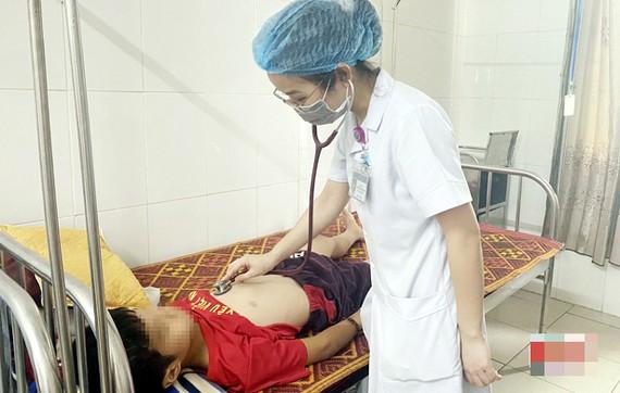 Nguyên nhân ban đầu gây ra bệnh viêm màng não ở Hà Tĩnh được xác định là do các chủng vi-rút đường ruột Echovirus-4.Ảnh: Báo Hà Tĩnh