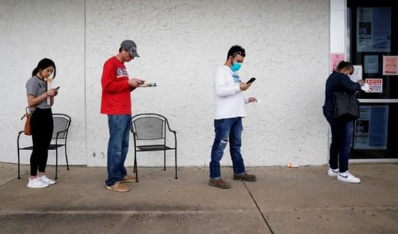 Người dân xếp hàng nộp đơn thất nghiệp tại Arkansas (Mỹ). Ảnh minh họa: REUTERS