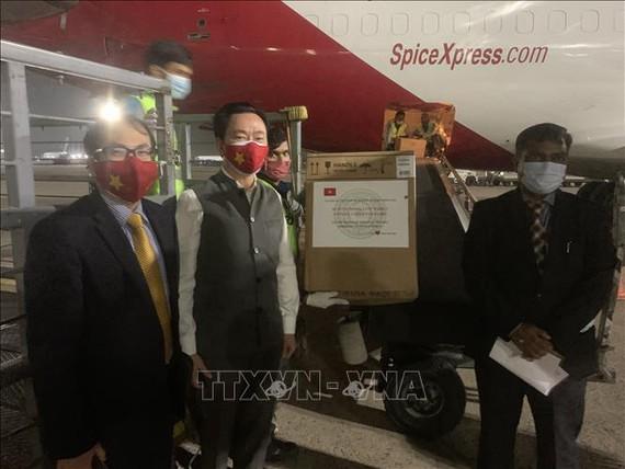 Đại sứ Việt Nam tại Ấn Độ Phạm Sanh Châu (đứng giữa) trao lô hàng y tế cho phía Ấn Độ tại sân bay quốc tế Indira Gandhi. Ảnh: TTXVN