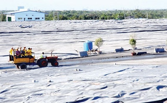 Một góc bãi chôn lắp rác Khu xử lý rác Đa Phước, TPHCM. Ảnh: CAO THĂNG