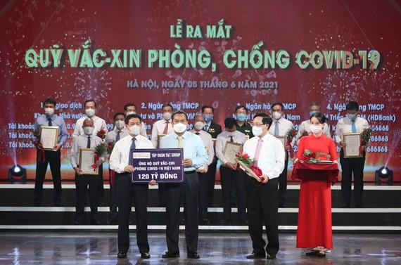 Đại diện Tập đoàn T&T Group trao biển tượng trưng ủng hộ Quỹ vaccine 120 tỷ đồng