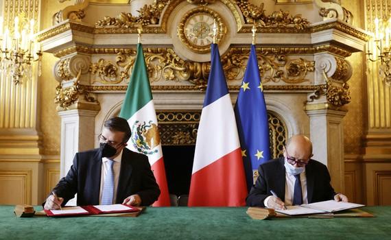 Ngoại trưởng Mexico và Ngoại trưởng Pháp ký thỏa thuận hợp tác chống buôn bán các đồ vật lịch sử. Ảnh: AP