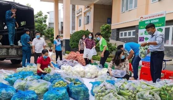 Trong những ngày qua, hàng tấn nhu yếu phẩm được chuyển đến hỗ trợ cho người dân trong khu phong tỏa ở TPHCM. Ảnh: MINH NGUYỆT