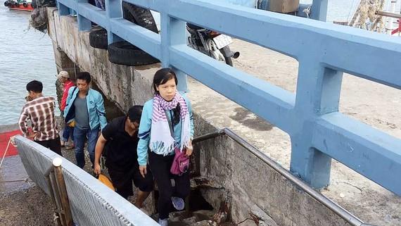 Hành khách được đưa lên bờ sau khi tàu cao tốc hai thân Côn Đảo Express 36 gặp sự cố trên biển