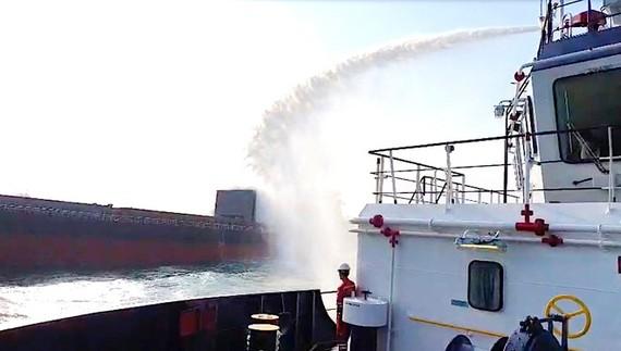 Lực lượng chức năng chữa cháy tàu hàng