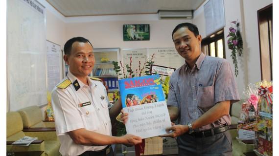 Đại diện Báo SGGP trao tặng báo xuân cho cán bộ, chiến sĩ Hải quân vùng 2