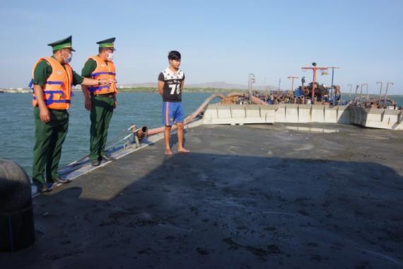 Lực lượng biên phòng bắt giữ tàu cở cát mặn không rõ nguồn gốc