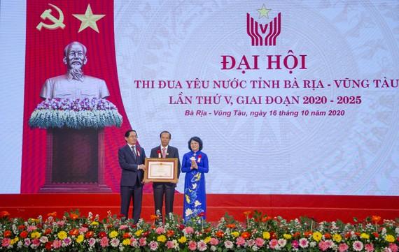Phó Chủ tịch nước Đặng Thị Ngọc Thịnh trao tặng bằng khen của Chính phủ cho tỉnh Bà Rịa - Vũng Tàu