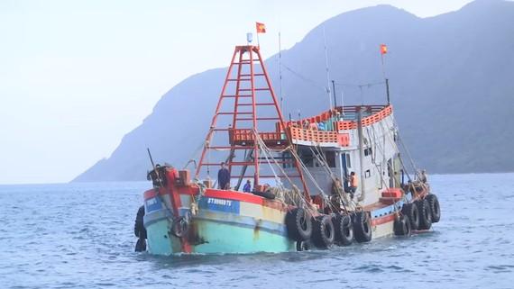 Lực lượng chức năng áp tải tàu BT 99889TS về Côn Đảo để phục vụ điều tra