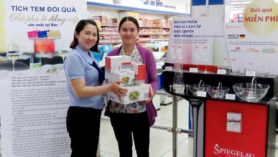Khách hàng nhận bộ tặng phẩm cao cấp trị giá hơn 3 triệu đồng tại Co.opmart Phan Văn Trị