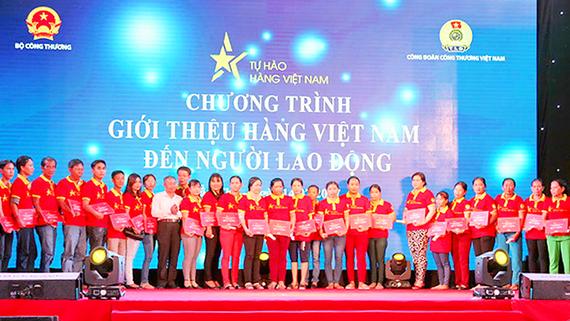 Tặng quà cho người lao động tham gia chương trình tự hào hàng Việt tại TP Cần Thơ