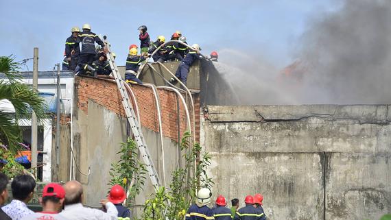 Nhiều cảnh sát tham gia chữa cháy tại Công ty Nhựa Tuấn Thông