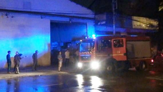 Lực lượng chức năng xử lý hiện trường vụ cháy