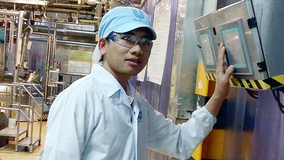 Anh Phan Văn Hây vận hành dây chuyền sản xuất
