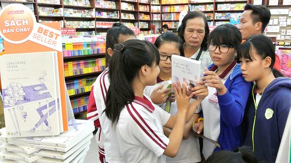 Bạn đọc chọn mua sách