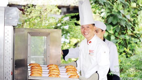 Chef Nguyễn Lê Cương trình làng món bánh mì Da Beo