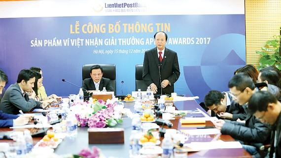 Ông Phạm Doãn Sơn, Phó Chủ tịch Thường trực HĐQT kiêm TGĐ LienVietPostBank (bên trái)  và ông Nguyễn Đình Thắng, Phó Chủ tịch HĐQT (bên phải)