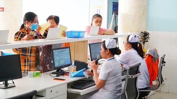 Bệnh nhân chờ cấp phát thuốc tại Bệnh viện Huyện Củ Chi